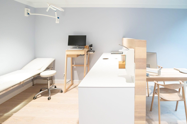 Behandlungsraum - Dermatologie Phlebologie Altstadt München Dr. Kensy - Foto Rehbinder